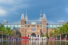 Vista al segno di I Amsterdam con i turisti davanti al Rijks Immagine Stock