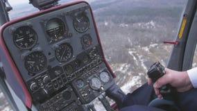 Vista al sistema di controllo, leva pilota della tenuta dell'elicottero Macchina fotografica dentro Cabina pilota altezza volo stock footage