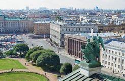 Vista al St Petersburg desde arriba de la catedral de Isaac del santo Foto de archivo