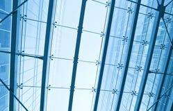 Vista al techo de cristal del aeropuerto del azul de acero Fotos de archivo libres de regalías