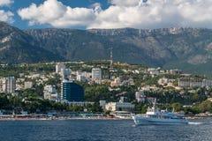 Vista al terraplén de Yalta del mar Imagenes de archivo