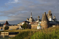 Vista al tramonto del monastero di Solovetsky Spaso-Preobraženskij Mar Bianco, Russia, isola di Solovki Fotografia Stock