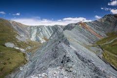 Vista al valle único de Yarlu con las montañas del arco iris en verano Imagenes de archivo
