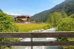 Vista al valle de Tuxertal con el río de Tux y las montañas de Zillertal cerca del pueblo Juns y al glaciar en verano, el Tirol A fotos de archivo