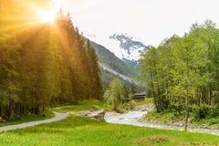 Vista al valle de Tuxertal con el río de Tux y las montañas de Zillertal cerca del pueblo Juns y al glaciar en verano, el Tirol A foto de archivo libre de regalías