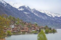 Vista al villaggio Brienz, al lago e al mounta innevato Immagini Stock Libere da Diritti