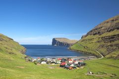 Vista al villaggio TjørnuvÃk Tjørnevig sull'isola Streymoy Strømø delle isole faroe fotografie stock