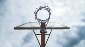 Vista all'aperto del cerchio di pallacanestro da sotto Fotografia Stock Libera da Diritti