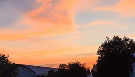 Vista all'aperto di rilassamento naturale di bello Cloudscape con il fondo dorato variopinto del cielo Tempo, meteorologia, natur immagini stock libere da diritti