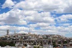 Vista all'aquedotto e al cityline della città del Queretaro Immagini Stock