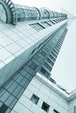 Vista all'azzurro d'acciaio di costruzione di vetro Fotografia Stock