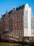 Vista all'edificio storico di Globushof al canale di Nikolaifleet in prosciutto immagini stock