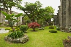 Vista all'iarda interna alle rovine della chiesa di Santiago Apostol in Cartago, Costa Rica immagini stock libere da diritti