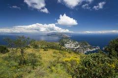 Vista all'isola di Capri ed alla costa di Amalfi fotografia stock libera da diritti