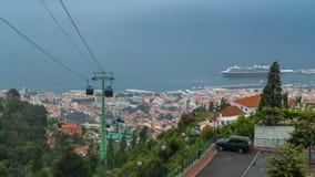 Vista all'oceano con la nave sopra i tetti con archivi video