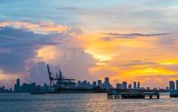 Vista all'orizzonte di Miami con i bacini nella priorità alta al tramonto Immagini Stock Libere da Diritti