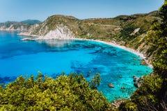 Vista alla baia di Petani con acqua azzurrata blu cristallina trasparente del mar Mediterraneo nella bella laguna della spiaggia  fotografie stock libere da diritti