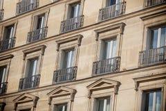 Vista alla casa con le finestre Fotografie Stock Libere da Diritti