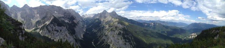 Vista alla catena montuosa di Wetterstein con Zugspitze  Fotografia Stock