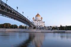 Vista alla cattedrale di Cristo il salvatore da sotto il ponte del patriarca immagine stock