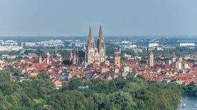 Vista alla cattedrale e sopra la vecchia città di Regensburg, Germania immagine stock