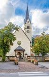 Vista alla chiesa del villaggio di Arabba in dolomia dell'Italia Immagine Stock
