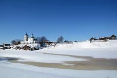 Vista alla chiesa ortodossa russa del ` di St George del ` nel villaggio di Sloboda fotografie stock libere da diritti