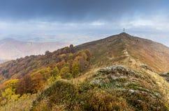 Vista alla cima della montagna Pietre nella priorità alta Fotografia Stock Libera da Diritti