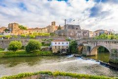 Vista alla città di Barcelos con il fiume di Cavado nel Portogallo Fotografie Stock