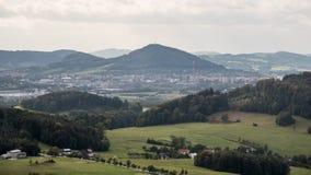 Vista alla città di Koprivnice con il hora di Bila ed altre colline delle montagne di pahorkatina di Podbeskydska intorno dalle r fotografia stock libera da diritti