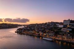 Vista alla città di Oporto dalla D Ponte di Luis I al tramonto fotografie stock