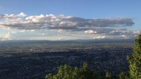 Vista alla città di Sofia dalla collina di Kopitoto, montagna di Vitosha, Bulgaria Video di lasso di tempo stock footage
