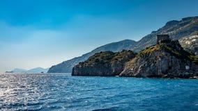 Vista alla costa di Amalfi veduta dal mar Mediterraneo, vicino a Positano, l'Italia fotografie stock