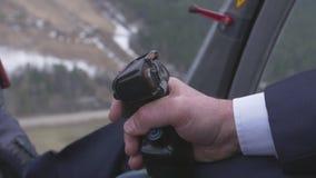 Vista alla leva di comando pilota della tenuta dell'elicottero Macchina fotografica dentro Cabina pilota altezza volo stock footage