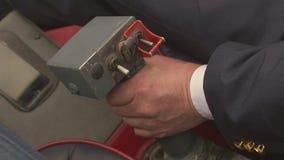 Vista alla mano pilota sulla leva di comando dell'elicottero di volo Macchina fotografica dentro Cabina pilota maniglia archivi video