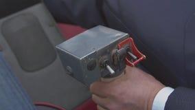 Vista alla mano pilota sulla leva di comando dell'elicottero di volo Macchina fotografica dentro Cabina pilota trasporto archivi video