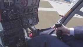 Vista alla manopola di comando pilota della tenuta dell'elicottero Macchina fotografica dentro Cabina pilota Altezza di guadagno  video d archivio