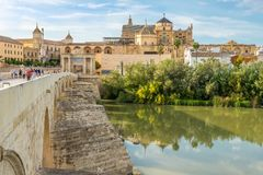 Vista alla moschea - cattedrale dal vecchio ponte romano a Cordova, Spagna fotografia stock libera da diritti