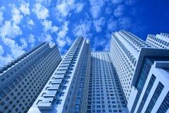 Vista alla nuova casa di dimora contro cielo blu immagine stock libera da diritti