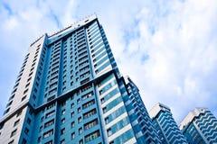 Vista alla nuova casa di dimora contro cielo blu fotografie stock