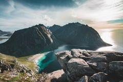 Vista alla spiaggia di Kvalvika dal supporto Ryten nelle isole Norvegia di Lofoten un giorno soleggiato blu di American National  immagine stock libera da diritti