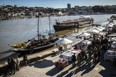 Vista alla sponda del fiume da un pezzo qui sopra, Oporto, Portogallo Immagine Stock Libera da Diritti