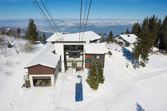 Vista alla stazione della cabina di funivia al pendio della montagna di Pilatus dalla gondola della cabina di funivia in Lucern,  Fotografia Stock