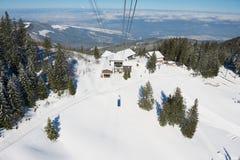 Vista alla stazione della cabina di funivia al pendio della montagna di Pilatus dalla gondola della cabina di funivia in Lucern,  Fotografie Stock