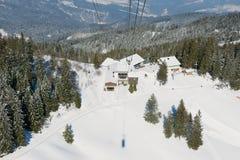Vista alla stazione della cabina di funivia dalla gondola sul modo alla montagna di Pilatus in Lucern, Svizzera Fotografia Stock