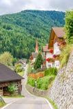 Vista alla strada del villaggio di Onies Onach in dolomia dell'Italia Fotografie Stock