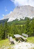 Vista alla tavola del picknick vicino a Ehrwalder Almsee con il paesaggio della montagna, Tirolo Fotografia Stock Libera da Diritti