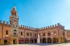 Vista alla torre di orologio al posto nel Cento - Italia di Guercino immagine stock