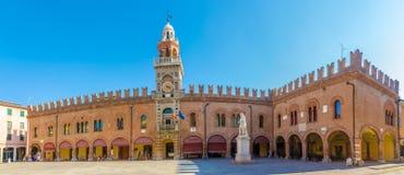 Vista alla torre di orologio del posto nel Cento - Italia di Guercino immagine stock