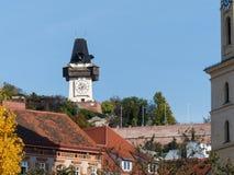 Vista alla torre di orologio di Graz nella caduta Immagine Stock Libera da Diritti